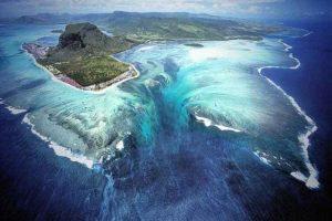 آبشاری دیدنی در زیر دریا در جزیره موریس + تصاویر سایت 4s3.ir